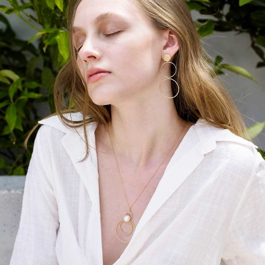 Penelope Cypria Pearl Necklace on model PFJ.CYP022.YG